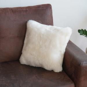 Vankúš z ovčej kožušiny - biely strihaný